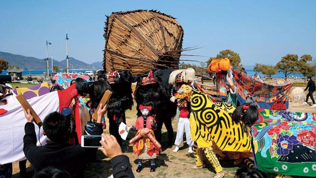 瀨戶內國際藝術祭,邀藝術家在小鎮中展示藝術品,2013 年支出10億日圓,卻為觀光等產業,創造132億日圓經濟效益。