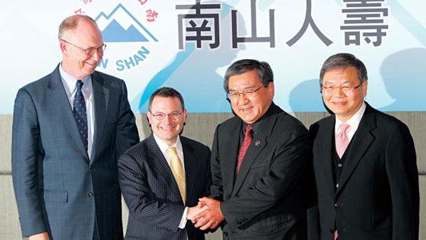 尹衍樑(右2)在2011 年風光購併南山人壽,本是好生意如今卻變包袱。