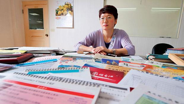 攤開5、6 年來銀行提供給貴賓的數十份人民幣分析講義及與銀行董事長、總經理出遊合照,她如今已經笑不出來。