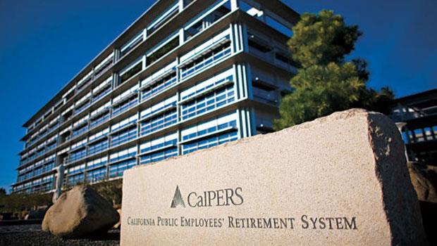 加州公退基金逾半資產是股票,如今因股市投資失利拖累整體,這是入不敷出而進行高風險投資的結果。