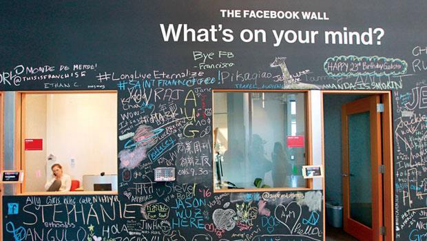 臉書總部入口塗鴉牆上寫著「你今天在想什麼?」這是每天打開臉書時,臉書首頁的招呼語,你也可以拿粉筆創作一番,發現裡面出現了「商周」嗎?