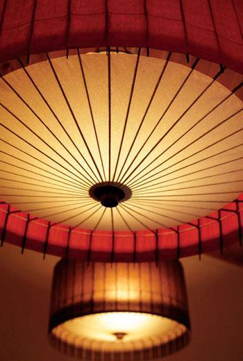 從下面看上去,能清楚發現燈具古都里與傘有著相同的結構,它也能像傘一樣,輕鬆的折疊起來。