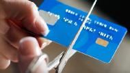 常常為了拿「首刷禮」申請信用卡,禮物拿到就剪卡?別以為這樣對信用沒影響