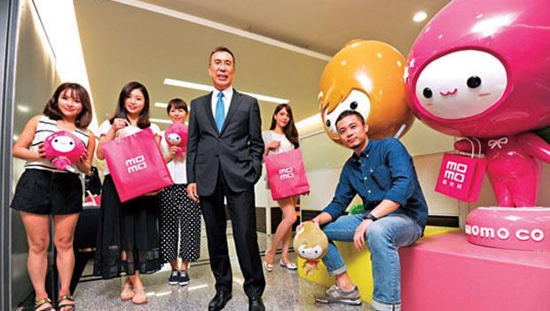 富邦媒體科技總經理林啟峰(右3)為了拉近女性網購族距離,吉祥物也是用粉紅色的水蜜桃概念。