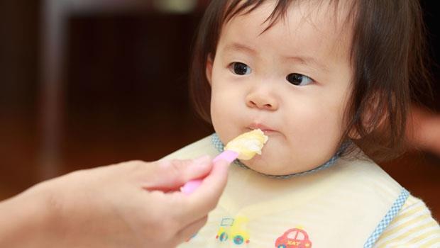 婆婆想嚼飯餵孩子,老公竟滿口贊成…產後身邊都是「豬隊友」,該怎麼辦?