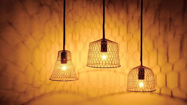 使用金網的燈具,是將日本傳統產品向海外推進的新設計。他把燈具變成室內裝飾,為京都的傳統技藝來了新風潮。