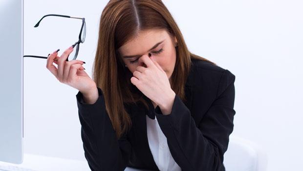 眼睛乾,靠人工淚液沒用!眼科醫師忠告:最該補充的是「油」,5招護眼更有效