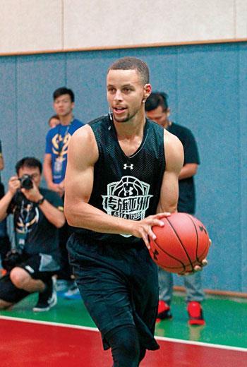 柯瑞在台北的訓練營中親自下場指導小球員,並會選出一位小球員前往美國受訓。