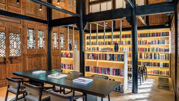 成都博舍的圖書館,以清末民初老宅木頭樑柱架構做翻新,注入現代簡約空間設計。
