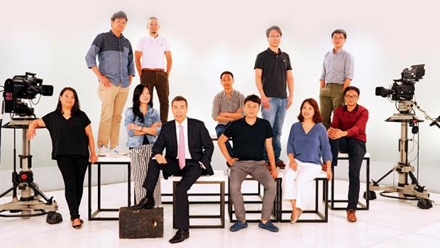 富邦媒體科技總經理林啟峰(左5)從電視購物攝影棚,帶領一群全台灣最懂女人的電商團隊,轉戰虛擬網路平台,創造出一年256 億元業績。