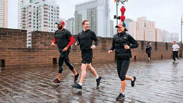 近年臉書創辦人佐伯格(中)積極訪中國,所到之處都會拍下跑步照片。