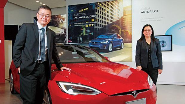 全球副總裁任宇翔(左)表示,特斯拉正加速投資,找零組件廠合作,預估2020 年普及台灣電動車市場。