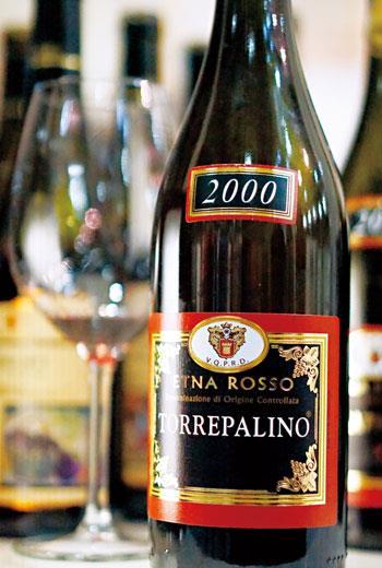Nerello Cappuccio,酸味活潑生動,單寧質地精巧絲滑,可早喝亦頗耐久,是義大利版的黑皮諾葡萄。