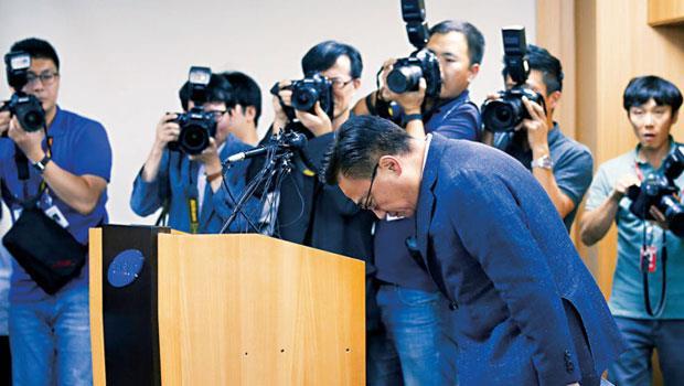手機電池起火事件打擊占三星過半獲利的通訊部門,總裁高東真(前)為此道歉。