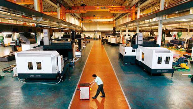 基地六千坪的廠房,聽不見機器隆隆運作聲,零星的工作人員穿梭,一半機器都停擺。