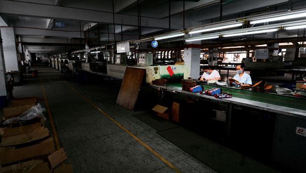 30年鞋業老台商,在東莞偌大的廠房裡感慨。10年來,中國工資上漲2倍,他把生產線關到只剩下2條。