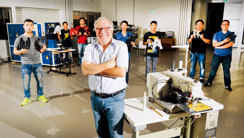 歐利速精密總經理柯比.麥可佛(圖中)自以色列創業,一九九九年到彰化設據點
