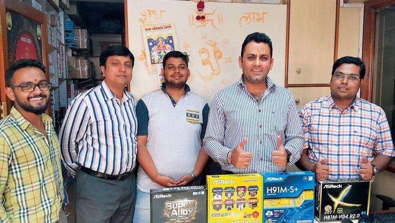 在印度班加洛,馬諾基(右2)將外包裝變鮮豔的主機板打進各大通路,圖為他與經銷商合影。