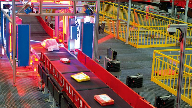 為強化亞洲與其他洲際市場運輸網路,DHL 斥資近30 億元在新加坡打造南亞自動化轉運中心,每小時可處理24,000件貨物。