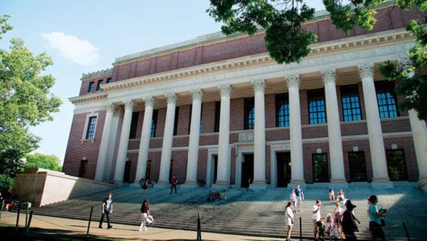 校產每年金援哈佛17 億美元,但即使校友捐款金額不斷創新高,也不敵金融海嘯後的投資虧損。