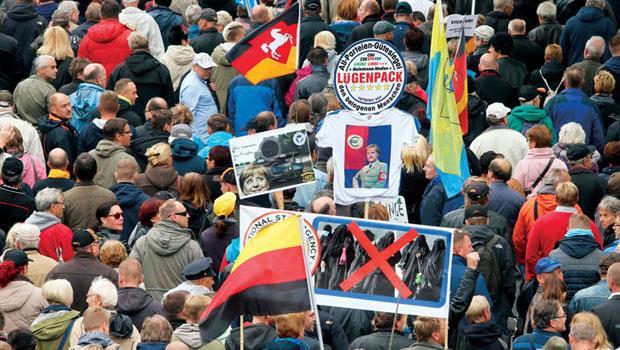 大雨澆不熄憤怒,德國統一26 週年當天,8 場抗議聲量壓過一旁的交響樂。