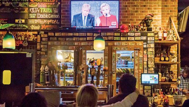 喜歡在酒吧邊看大選辯論邊評論?新世代看網路直播,即時按「讚」或「怒」表達好惡心情,跟在酒吧一樣嗨。