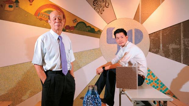 吳春池(左)、吳庭安(右)父子不斷為廢玻璃找出新用途,日前連總統蔡英文都特地造訪給予肯定,兩人背後那面牆,正是回收玻璃製作而成的。