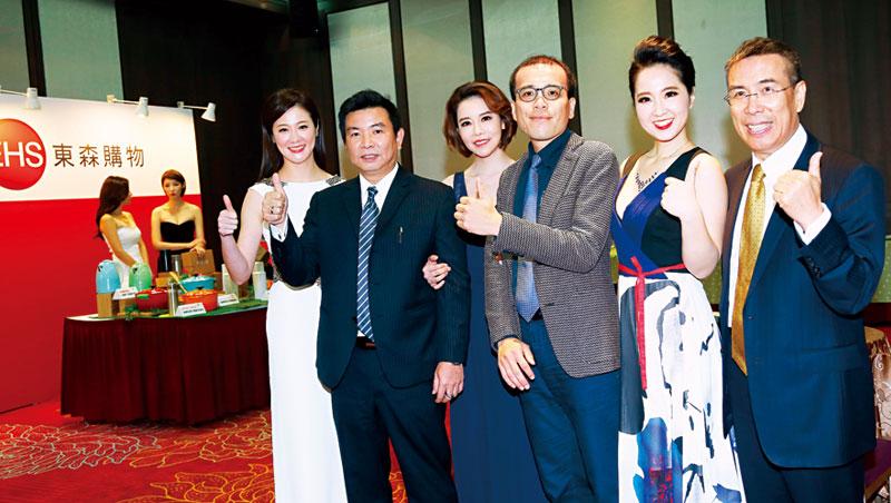 富邦Momo 總座林啟峰( 右1)、ViVa TV 董座許良宇( 右3)和東森購物總座彭鴻珷( 左2)首度同台行銷。
