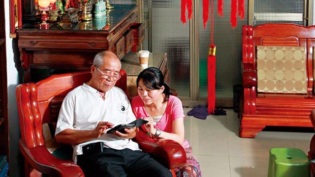 觀念開明的林米田(左)視房子為身外之物,在兒女支持下成為第一批以房養老申貸者。