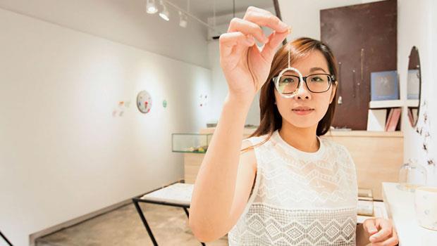 PIN sstudio別件室的首飾獨特且具現代感,共同創辦人陳映秀展示由中國獨立首飾藝術家尤目創作的螞蟻環形糖紙耳飾。
