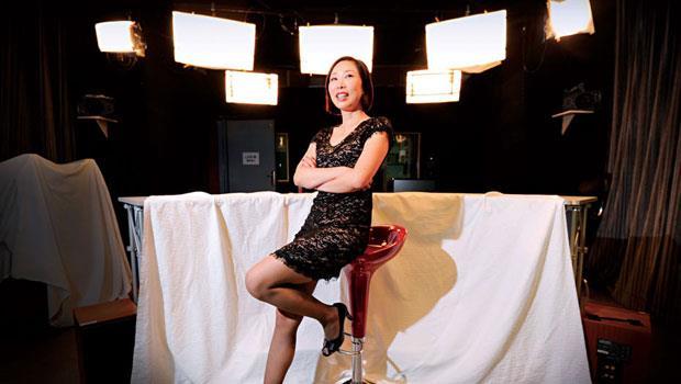 熱愛賽車的陳怡君以「快、狠、準」經營企業,這也使她屢次拿下國際重要體育賽事轉播權。