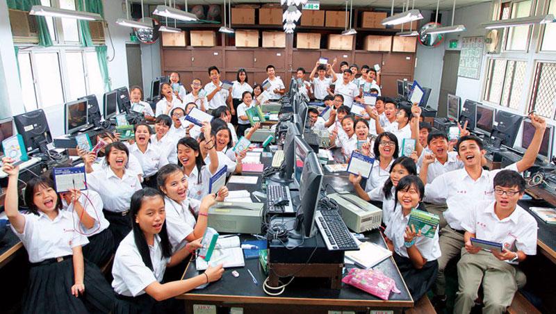600 名東南亞僑生,在高雄中山工商學電子技術,並到億光電子實習。