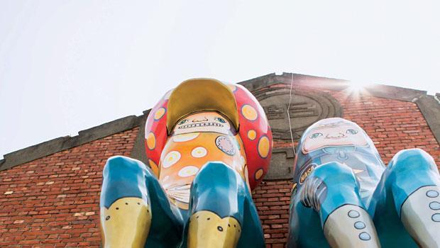 駁二藝術特區昔日充滿倉庫,許多建築上方可見台糖的商標。由高雄在地藝術家李紀瑩所創作的《一起坐著,什麼也不做》, 戴著紅帽的「圈圈寶」和身穿藍衣的「太空寶」號稱「駁二最大咖」。