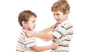 哥哥打人,為什麼弟弟也要罰站?爸媽一定要記住:兄弟吵架不可以「各打50大板」