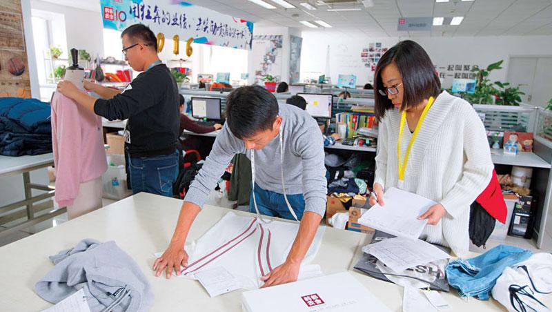 3人制小隊打天下 韓都衣舍把組織平台化成300個小組,組內3人全權決定款式、定價和採購,甚至和其他組PK業績,組員還能自由跳槽。