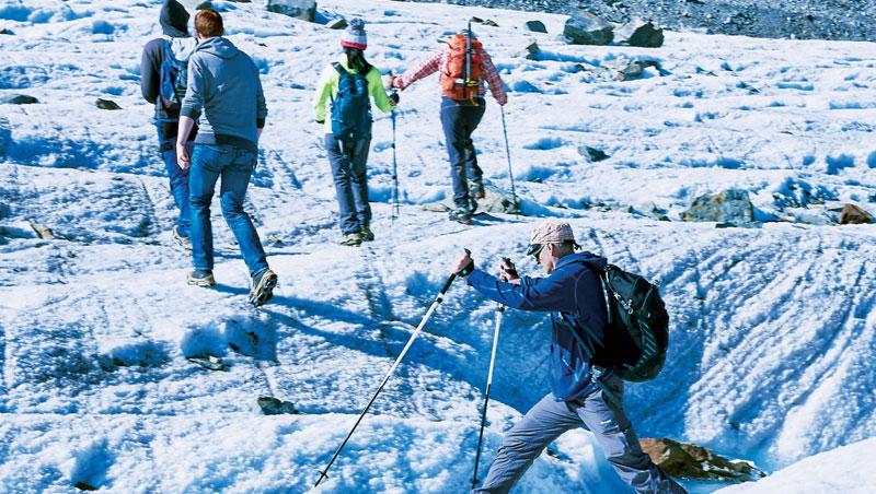 這趟冰河健行深刻考驗體力與肢體靈活度,冰河的美麗面貌成為旅者的獎賞。上層的冰夾帶碎石消融後,留下一條條痕跡。