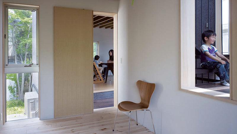 由臥室望向室內的光景。正對面穿過梯井是客廳,右側是梯井中的梯間。