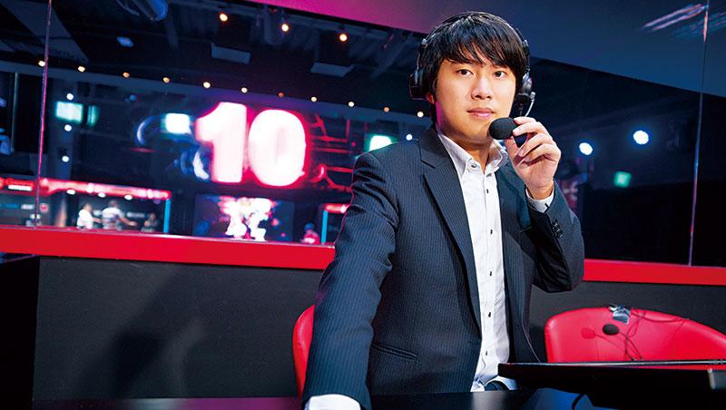 27 歲的祝愷信除了擔任賽評,也參與電競賽事企畫與製作。