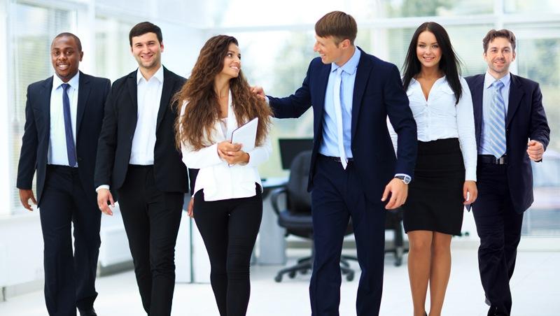 想鼓勵同事時可以「拍肩膀」嗎?職場上和異性相處要注意的3件事