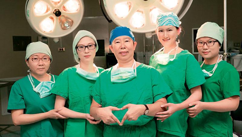 關皚麗(圖中),台灣第一位女性腦神經外科醫師,幫超過6千位病人做腦瘤及脊椎手術