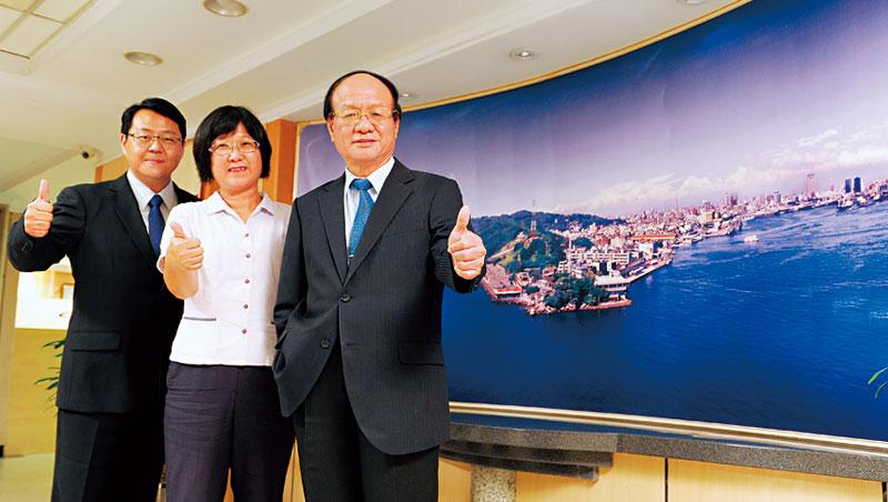 高雄銀行總經理黃滿生(右)以薄利多銷、全員行銷策略推廣信託業務,業績明顯奏效。