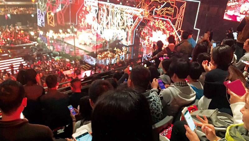 歌手表演或廣告時段,畫面會提示觀眾「搖一搖」手機,抽特定品牌折價券
