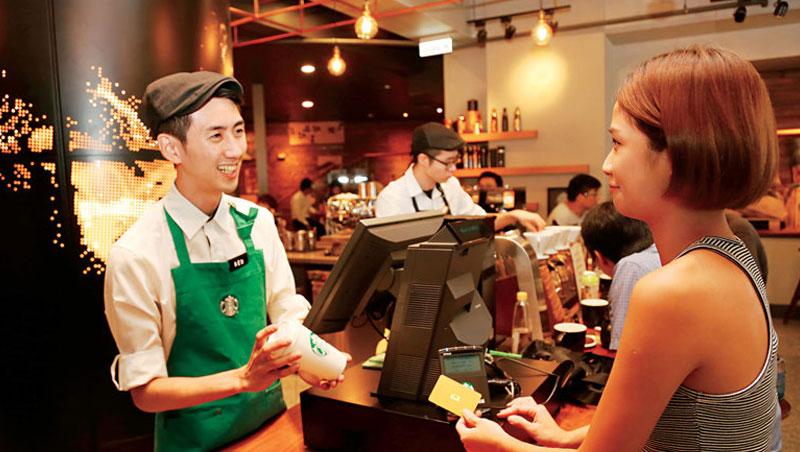 星巴克的門市人員已經習慣性的會問顧客姓什麼,請你來拿咖啡時,會呼喚你的姓,而不是如其他店叫號