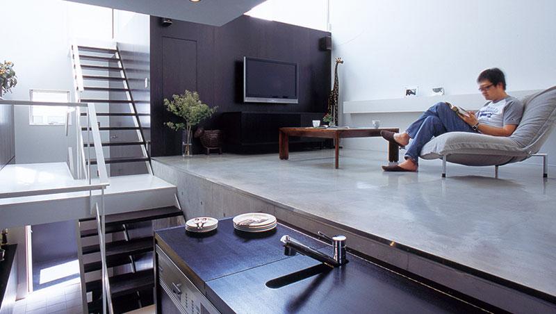 做菜時拉開層板的光景。放下層板即變成餐桌。