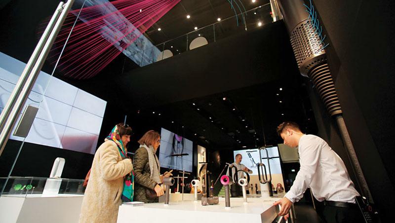 在購物勝地牛津街上,Dyson 利用挑高空間、裝置藝術展示獨家氣流技術,這是它進軍智慧家庭產業時,科技廠難以超越的優勢。
