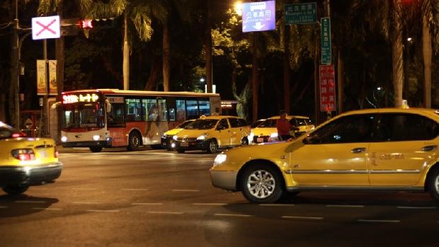 秋冬夜晚的大雨裡,一趟計程車讓我看見了,男人「對愛負責」的模樣