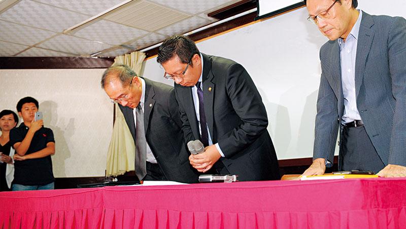林明昇(圖中)22 日召開記者會,強調截至 21 日仍努力引進資金救火。