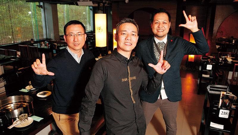 撈王總經理趙宏澤(中)曾自嘲人生與成功絕緣,卻因跟上在地人口味變化,即時轉型,在中國殺出生路。