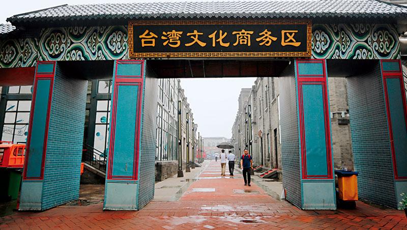 走在北京第一個台灣專區、上萬坪商圈裡,僅存的1、2間店都不是台灣店,好不容易看到人,卻只是路過。