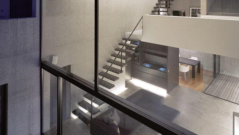 地下室的前方是客廳,後面是餐廳。兩者以DJ-播音台隔開,互相看不到彼此,免於餐廳和廚房干擾到客廳的氣氛。